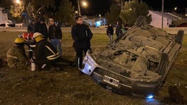 En el automóvil siniestrado viajaban seis personas. El rodado volcó tras chocar contra el muro de cemento.
