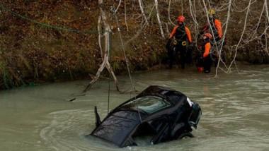 Con una grúa, se retiró ayer del río Chubut el auto que cayó al agua en Puente Hendre luego de una inexplicable maniobra.