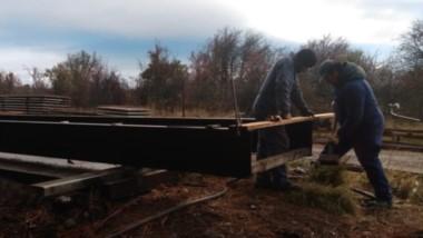 La nueva construcción sobre el Río Pampa restablecerá la vía de comunicación destruida por un temporal.