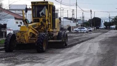 Personal del municipio de Rawson ejecuta tareas de reaparación de calles en diferentes barrios.