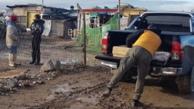 """""""Amigos del 4x4"""" junto a la Coordinación de Protección Civil asistieron a familias afectadas por el temporal."""