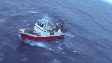 """El buue pesquero """"Porto Belo II"""" llegó al muelle """"Storni"""" el sábado a la noche con un tripulante fallecido."""