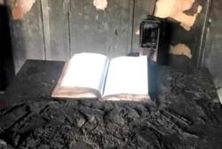 Misterio. El fuego destruyó todo dentro de la iglesia adventista, menos la Biblia que estaba sobre el atril.