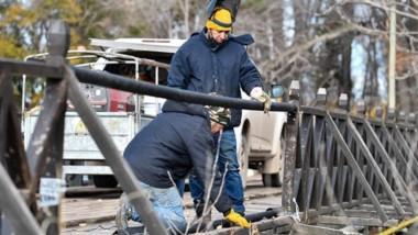 Trabajos. Los operarios intentan dejar a nuevo las flamantes protecciones del Puente, para su buen uso.