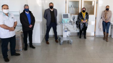 El acto de entrega del equipamiento se realizó en una de las Unidades de Terapia Intermedia del Hospital Regional de Comodoro Rivadavia.