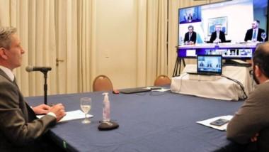 Por TV. Una postal de la participación del mandatario chubutense en la videoconferencia con el presidente y parte de su gabinete desde Olivos.