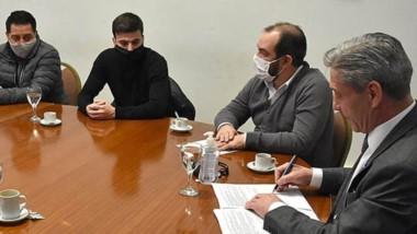 Firma. El gobernador Mariano Arcioni refrenda los convenios con cada uno de los jefes comunales.