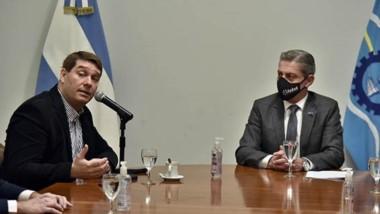 Convenio. El gobernador Arcioni y el intendente de Rawson Damián Biss encabezaron el acto para proveer de mayor conectividad de Internet a la capital de la provincia.