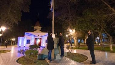 Bandera. Muy temprano, el intendente izó la enseña patria en la Plaza Independencia de Trelew.