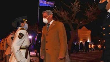 Saludo. El gobernador Arcioni encabezó la ceremonia por el 9 de Julio en las primeras horas del jueves.