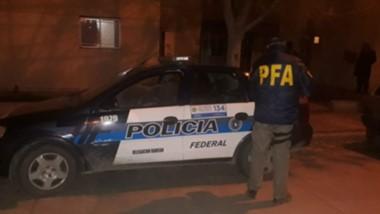 Efectivos de la Brigada de la Policía Federal en las diligencias efectuadas en el barrio Inducon de Trelew.