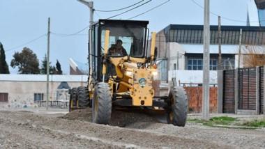 La Municipalidad avanza en trabajos de mantenimiento vial. Hubo limpieza, reparación y nivelación de calles.