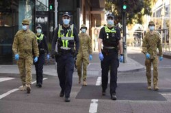 Fuerzas de seguridad patrullan las calles al haberse dictado el toque de queda en Melbourne.