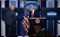 Trump regresó a la sala de reuniones minutos después y confirmó un tiroteo.