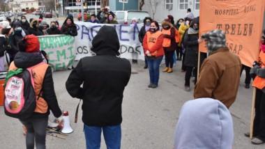Reclamo y pancartas. Ayer frente al Hospital Zonal de Trelew se llevaron adelante algunas de las manifestaciones del personal de Salud que tuvieron eco en toda la provincia.