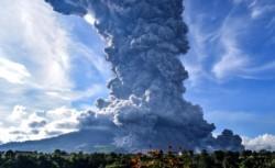 No hubo muertos ni heridos por la erupción, dijo el Centro de Mitigación de Riesgos Geológicos y Vulcanología de Indonesia. (AP Photo/Slamet Riyadi)
