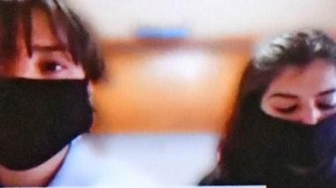 Dúo virtual. Otarola (izquierda) y su niñera y exasesora en Legislatura, Cañumil, siguieron la audiencia por medio de videoconferencia.