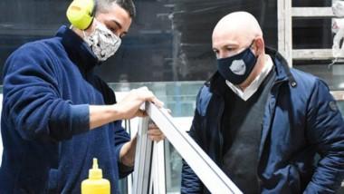 """Gustavo Sastre visitó ayer las instalaciones de la fábrica de aberturas """"Grupo Mediterráneo""""."""