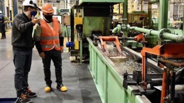 Gustavo Sastre  visitó la planta de la empresa Trivium, que se dedica  a la manufactura de tejos.
