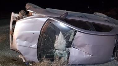 El automóvil impactó contra un tambor de 200 litros y  luego volcó.