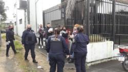 Desbaratan fiesta clandestina en cervecería de Avenida Centenario y 44 de Villa Elisa. El lugar fue clausurado por agentes del área de Convivencia y Control Ciudadano.