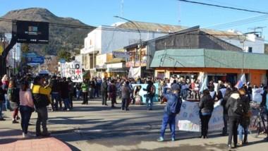 """Los manifestantes reclaman el pago de los sueldos, mostraron  consignas como """"fuera Arcioni, fuera""""."""