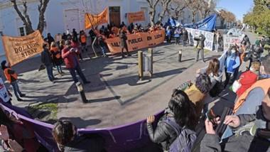 Agite. Primero en el Ministerio de Salud y luego frente a Casa de Gobierno, los trabajadores de Salud hicieron escuchar sus reclamos.