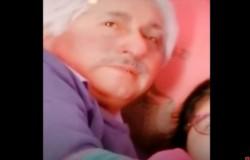 El hombre aprovecha a manosear bajo las sábanas a su nieta mientras la otra graba el video de Tik Tok.