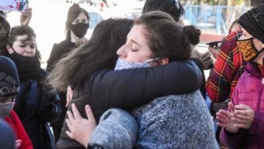 Crimen y castigo. La vereda de Tribunales en Puerto Madryn se p0bló de abrazos tras el fallo del caso Ale.