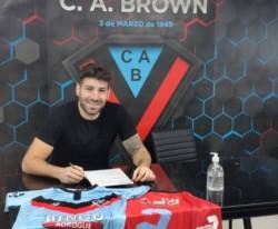 El delantero Acosta firmó este sábado su contrato con Brown, que lo liga al club hasta diciembre de 2022.