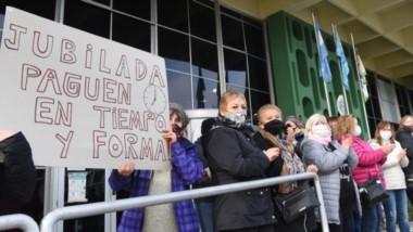 Protesta y frío. Los sectores de jubilados ayer se mostraron indignados con la noticia sobre el desdoblamiento en el pago del tercer rango.