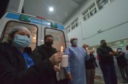 Encendieron velas por el enfermero jubilado que falleció por coronavirus en Río Gallegos.
