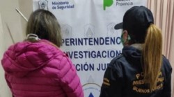 La joven fue arrestada junto con un amigo y el novio de este, que habrían actuado como encubridores del crimen.