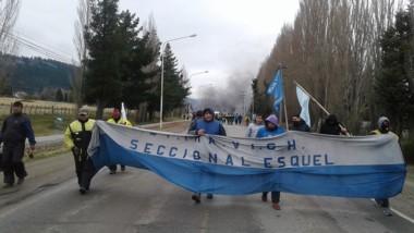 Los obreros encendieron cubiertas en la Ruta Nacional 25.