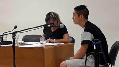 La defensora, Cristina Sadino, junto al condenado Héctor Oviedo, mientras recibía la resolución de la jueza.