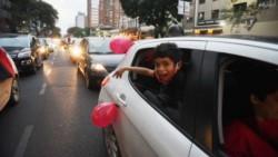 La caravana rojinegra fue al Monumento a pedir que Messi se ponga la de Newell's: