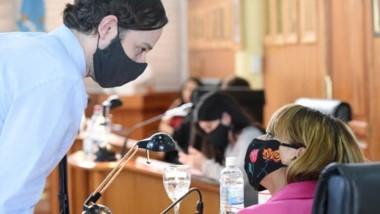 Barbijos. Dos ediles en pleno acuerdo durante la extensa sesión del parlamento trelewense.