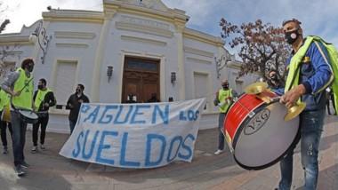 Los trabajadores de la APEL ayer llegaron hasta Casa de Gobierno para manifestarse por los sueldos.