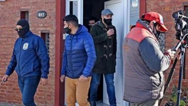 Búsqueda. El fiscal Rodríguez sale del estudio de Vosecky en Rawson en el marco de los operativos por una causa muy sensible en la capital.