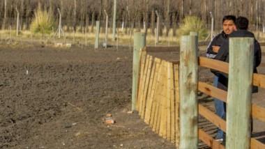 César Medina dialoga con Jornada. A un costado, la tierra arada que será empleada en el cultivo de verduras destinadas al proyecto. La siembra será la primera semana de septiembre.