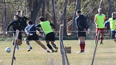 """Los futbolistas del """"Globo"""" vencieron por 4-1 a un combinado estudiantil ayer por la mañana en Trelew."""