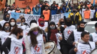 Paisaje habitual. En la capital chubutense las marchas se suceden mientras el poder político se concentra en agendas sin urgencia.