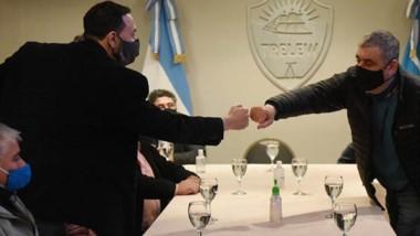 Venga ese puño. El intendente saluda a uno de los empresarios locales que pidió algo de sostén oficial.
