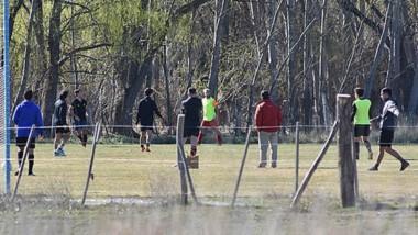 Prohibido. Postal de la sesión de fútbol de los jugadores de Huracán.