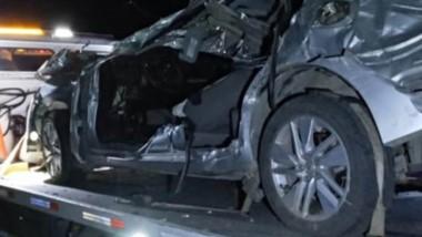 El vehículo Toyota Corolla despistó y terminó incrustado en arbustos.