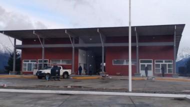 Sueño cumplido. Trabajadores municipales dan los últimos toques a la terminal de Epuyén.