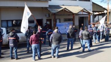 Los trabajadores se manifestaron en la Cooperativa 16 de Octubre por el despido de dos compañeros.