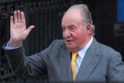 El rey emérito de España, Don Juan Carlos, abandona España por el escándalo de sus cuentas en el extranjero.