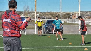 Gustavo Caamaño, coordinador de fútbol de Huracán, supervisa uno de los grupos de entrenamiento.