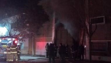 Doce bomberos trabajaron por dos horas para sofocar el foco ígneo.